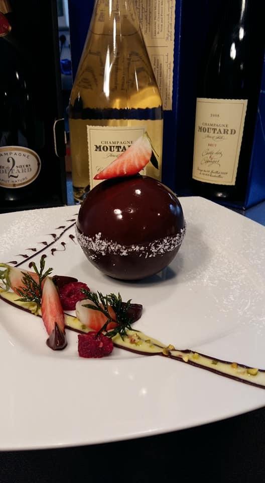 Boule de chocolat mousse vanille et coeur de mangue
